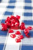 Chocolats sucrés en forme de coeur dans la boîte rouge en métal closeup Photo libre de droits