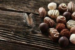 Chocolats sur le fond en bois brun Image stock