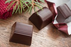 Chocolats sur le fond en bois de table Images stock