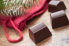 Chocolats sur le fond en bois de table Images libres de droits