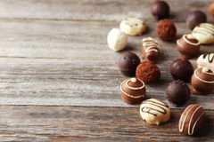 Chocolats sur le fond en bois gris Photo stock