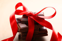 Chocolte con la cinta roja Foto de archivo libre de regalías
