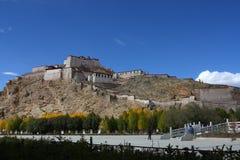 Chode di Palkor sulla collina sul Tibet Immagini Stock