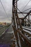 Chodniczek budował obok mosta nad którym budowali kolejowi ślada Zdjęcia Stock
