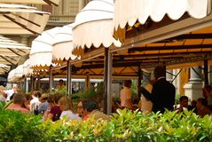 Chodniczek kawiarnia Europa wypełniał z gościami restauracji obraz stock