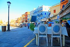 Chodniczek uliczna kawiarnia w Chania nabrzeżu na Crete wyspie, Greec Fotografia Stock