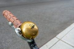 Chodniczków uliczni rowerowi handlebars z shinny złoto miedzianego dzwon zdjęcie stock