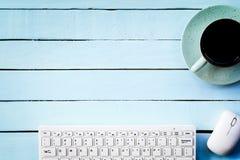 Chodnikowiec dla technologii pojęcia, przykład klawiatura z filiżanką na błękita stole Odgórny widok Obraz Royalty Free