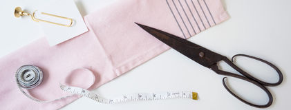 Chodnikowiec, sztandar dla miejsce projekta Uszycie, handmade Nożyce, centymetrowa taśma, Horyzontalny format, przestrzeń dla tek Fotografia Royalty Free