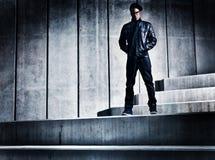 Chłodno miastowy amerykanina afrykańskiego pochodzenia mężczyzna na distopic betonowych progach Zdjęcia Royalty Free
