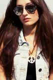 Chłodno młoda dziewczyna w okularach przeciwsłoneczne Obrazy Royalty Free