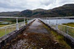 Chodząca ścieżka na górze hydroelektrycznej tamy ściany w Szkocja Zdjęcia Royalty Free