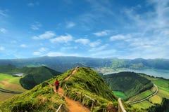 Chodząca ścieżka prowadzi widok na jeziorach Sete Cidades, Azowych Obrazy Royalty Free