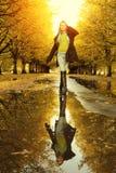 chodząca jesień kobieta Zdjęcia Stock