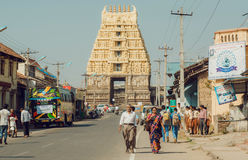 Chodząca ludzi i pojazdów past wieka Chennakeshava 12th świątynia Karnataka Obraz Royalty Free