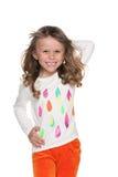 Chodząca mody mała dziewczynka przeciw bielowi fotografia royalty free