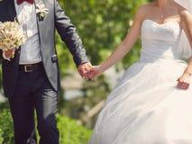 Chodząca para w parku Zdjęcia Royalty Free