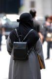chodząca przesłaniająca kobieta Zdjęcie Royalty Free