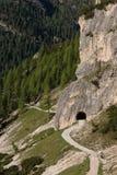 Chodzący ślad i tunel w dolomitach Zdjęcia Stock