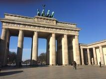 Chodzący Berlin brandeburg wierza i odwiedzający Fotografia Stock