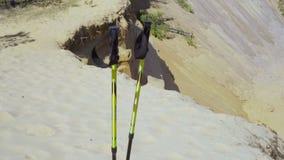 Chodzący kije umieszczali mocno w piasek na wierzchołku góry z bliska zbiory wideo