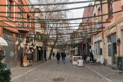 Chodzący ludzie i ulica w gromadzkim Kapana, miasto Plovdiv, Bułgaria obrazy royalty free