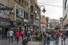 Chodzący ludzie na środkowej ulicie miasto Nis, Serbia obrazy royalty free