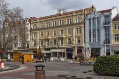 Chodzący ludzie przy środkową zwyczajną ulicą w mieście Plovdiv, Bułgaria zdjęcia stock