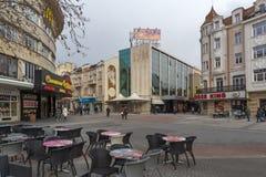 Chodzący ludzie przy środkową zwyczajną ulicą w mieście Plovdiv, Bułgaria fotografia stock