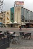 Chodzący ludzie przy środkową zwyczajną ulicą w mieście Plovdiv, Bułgaria zdjęcie stock