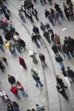 Chodzący ludzie przy Istiklal ulicą w Beyoglu Fotografia Stock
