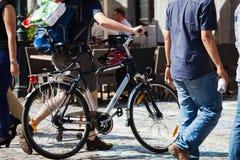 Chodzący mężczyzna z bicyklem w mieście Obraz Stock