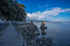 Chodzący na wybrzeżu blisko skał z panoramą, oceanem, morzem, widokiem, ludźmi pięknymi/spacer, Włochy obraz royalty free