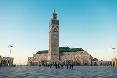 chodzący obrazek i brać przy Hassan II meczetu ` s obciosuje obraz royalty free