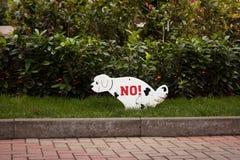 Chodzący psa na gazonie zabraniającym Zdjęcie Stock