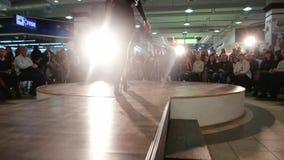 Chodzący w dół wybieg, żeńskie nogi beszcześcą na podium zbliżeniu, pokaz mody, wzorcowy odprowadzenie w świetle reflektorów zdjęcie wideo
