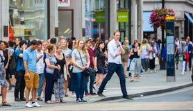 Chodzący w Oksfordzkiej ulicie główny miejsce przeznaczenia londyńczycy dla robić zakupy nowoczesnego życia pojęcie Obrazy Stock