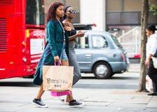 Chodzący w Oksfordzkiej ulicie główny miejsce przeznaczenia londyńczycy dla robić zakupy UK Zdjęcie Stock