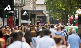 Chodzący w Oksfordzkiej ulicie główny miejsce przeznaczenia londyńczycy dla robić zakupy UK Obraz Royalty Free