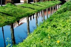 Chodzący wzdłuż małego kanału w starej Holenderskiej wiosce, pogodna Niedziela fotografia royalty free