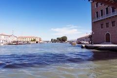Chodzący wzdłuż wąskich kanałów Wenecja i ulic, Włochy Fotografia Royalty Free