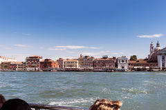 Chodzący wzdłuż wąskich kanałów Wenecja i ulic, Włochy Zdjęcia Royalty Free