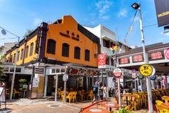 Chodz?ca ulica przy alej? historycznie ikonowi projektuj?cy budynki lokalizowa? w Porcelanowym miasteczku, Singapur zdjęcia stock
