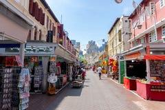 Chodz?ca ulica przy alej? historycznie ikonowi projektuj?cy budynki lokalizowa? w Porcelanowym miasteczku, Singapur fotografia royalty free