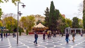 Chodzący ludzie w fontanna ogródzie, Baku miasto Zdjęcie Stock