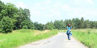 Chodząca dziewczyna Zdjęcie Royalty Free