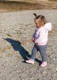 Chodzić Plaża śliczny piasek Dziecko dziewczyna zdjęcia royalty free