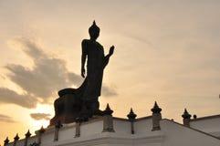 Chodzić Buddha z silhouete tłem Zdjęcie Royalty Free