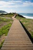 Chodzić na footbridge łączy ludzi na widoku punkcie w scenicznym seascape Obraz Stock
