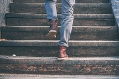 Chodzić na piętrze - zakończenie widok mężczyzna ` s rzemienni buty zdjęcie stock